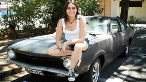Graxa com perfume: ela é a dona e faz a manutenção de seu próprio Ford Maverick!