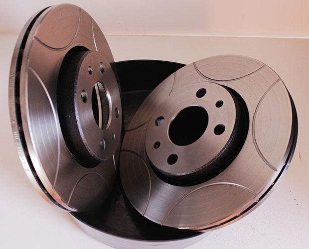 Discos de freios ventilados e fresados da Fremax. Esses componentes tem 257 mm de diâmetro, mesma especificação dos discos originais do Fiat Palio 1.6 16V