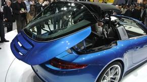 Você vai ficar hipnotizado pela abertura do teto do Porsche 911 Targa