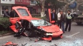Isso é o que acontece quando um Lamborghini Aventador bate de frente em um ônibus