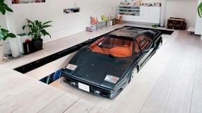 Sim, este Lamborghini Countach emerge na sala de estar