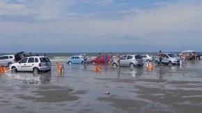 """Carros são arrastados por """"tsunami"""" em praia no Rio Grande do Sul"""