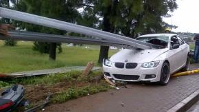 Dá para acreditar que o motorista saiu ileso deste BMW empalado por um <i>guard rail</i> ?