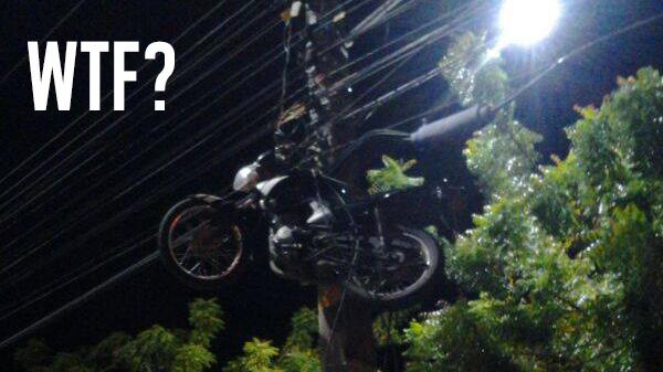 Como essa moto foi parar no topo desse poste?
