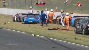 Depois de um acidente impressionante, pilotos solidários ajudam uns aos outros