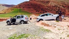 Porsche Macan encalha durante teste e é salvo por um…. Dacia Duster?