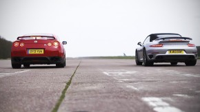 Nissan GT-R e 911 Turbo se enfrentam na arrancada — e o Godzilla perde!
