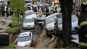Cratera se abre em rua dos EUA e engole 10 carros — veja o vídeo
