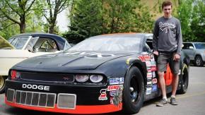 Esse cara foi para a escola dirigindo seu Dodge da NASCAR!