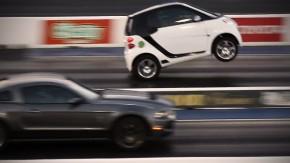 Este smart ForTwo quase devorou um Shelby GT500 na arrancada