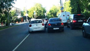 Este homem atropelou um idoso propositalmente depois de uma discussão de trânsito na Rússia