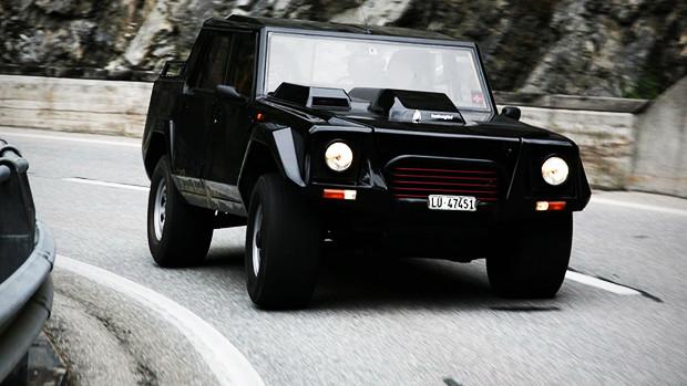 """LM002, ou """"Lambo do Rambo"""": quando a Lamborghini decidiu fazer um SUV pela primeira vez"""