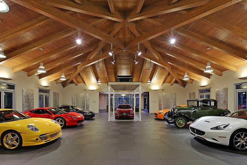 esta garagem com quartos salas e cozinha a casa dos sonhos de todo gearhead flatout. Black Bedroom Furniture Sets. Home Design Ideas