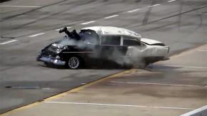 As pernas do piloto deste Chevy 55 saíram pelo para-brisa – e ele escapou sem um arranhão!