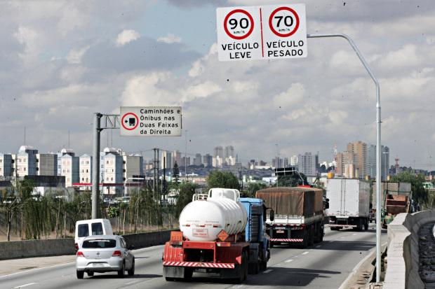 SAO PAULO/SP - 10/05/2010 - NOVA / VELOCIDADE / MARGINAL / TIETE - GERAL/JT - Placa de sinalizacao de velocida na pista expressa da Marginal Tiete.