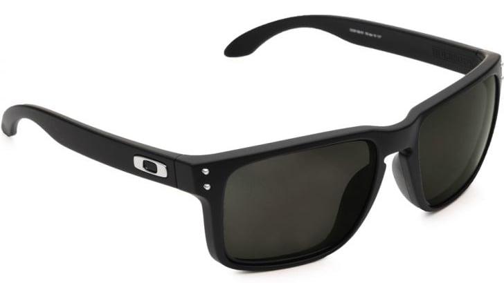 35de5b9415a75 A prova de que a Oakley também faz óculos mais discretos é o Oakley  Holbrook — que deve ser o modelo favorito de Fernando Alonso, que parece  estar com um ...