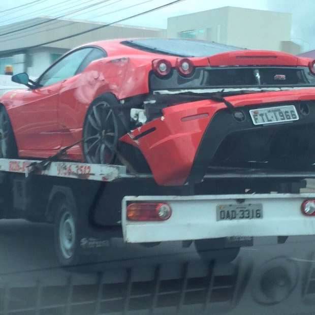 Ferrari-guinchada-em-Manaus