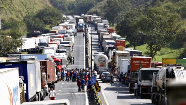 Greve dos caminhoneiros passará a bloquear carros de passeio – entenda a situação