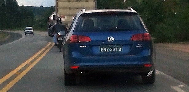 volkswagen-golf-variant-flagrada-pelo-leitor-pedro-vilar-roda-em-testes-em-rodovia-proxima-a-pocos-de-caldas-mg-1425937439311_615x300
