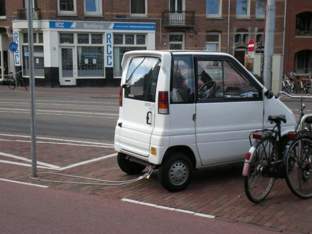 Quem falou que na Holanda não tem ladrão? Olha o Canta LX preso no poste!