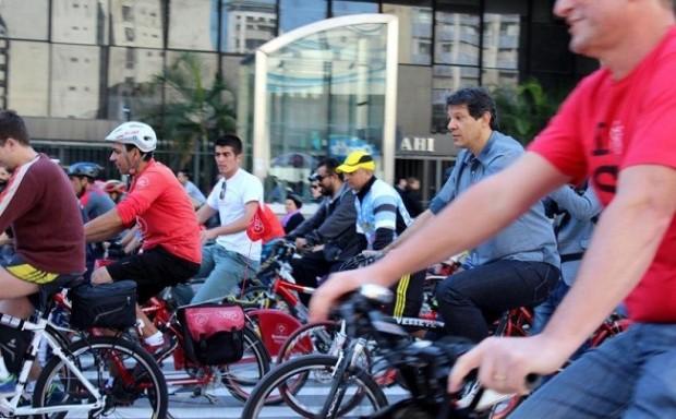 Cicloviaavenida-Paulista-Fernando-Haddad-Foto-André-Tambucci-Fotos-Públicas-650x403
