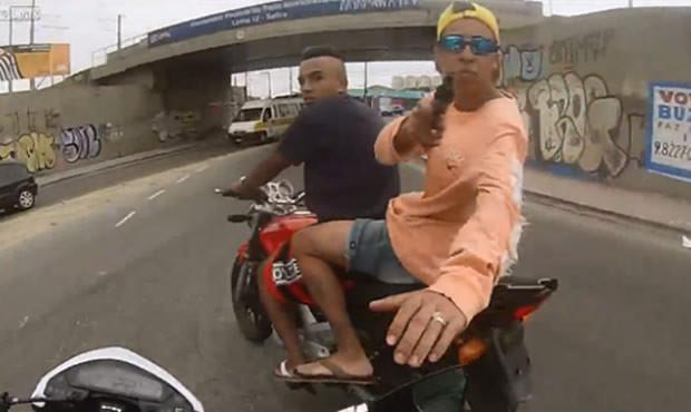 homem filma assalto