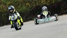 """Dois garotos de 3 e 4 anos de idade disputam a corrida de moto vs. kart mais """"fofa"""" que você já viu"""