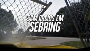 Este Chevrolet Camaro perdeu os freios no circuito de Sebring e foi parar na rua