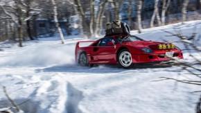 Sim, isto é uma Ferrari F40 com faróis de rali e correntes nos pneus mandando drift na neve
