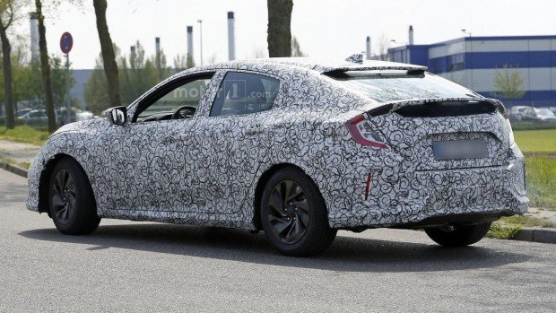 2017-honda-civic-hatchback-spy-photo-1