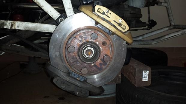 Eixo traseiro com 2 pinças de freio