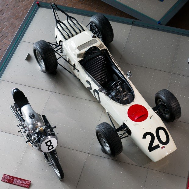 Honda_RA271_and_Honda_RC142_top_Honda_Collection_Hall