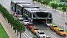 Os chineses fizeram um ônibus que anda por cima do trânsito – e ele funciona de verdade