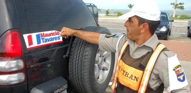 policial-militar-arranca-adeviso-de-propaganda-eleitoral-de-carro-em-maceio-1276787631711_615x300