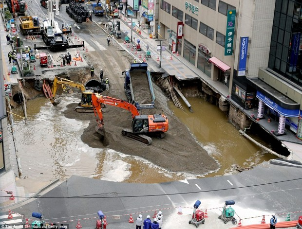 3A3ABEE700000578-3936796-Workers_dumped_huge_amounts_of_wet_cement_and_sand_into_the_huge-a-63_1479211378587