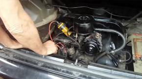 Sim, amigos: isto é um Honda Civic com motor de Fusca na traseira