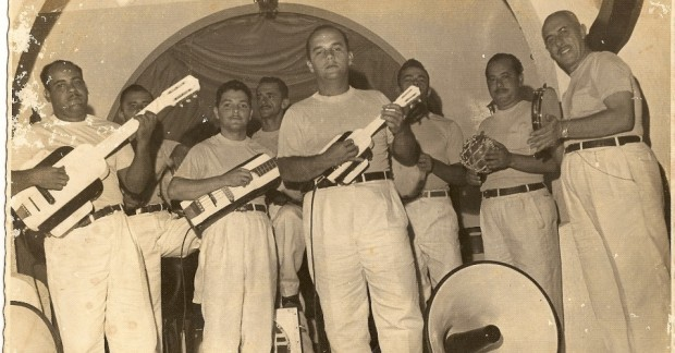 foto-do-carnaval-de-1951-com-a-banda-do-trio-eletrico-de-dodo-e-osmar-osmar-macedo-e-o-quarto-da-direita-para-esquerda-e-adolpho-nascimento-o-dodo-o-ultimo-1360196419517_956x500