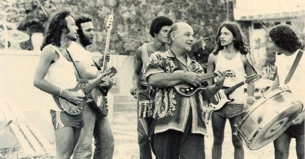 osmar-do-trio-eletrico-de-dodo-e-osmar-tocando-ao-lado-dos-filhos-armando-e-aroldo-em-foto-de-1978-1360196426403_956x500