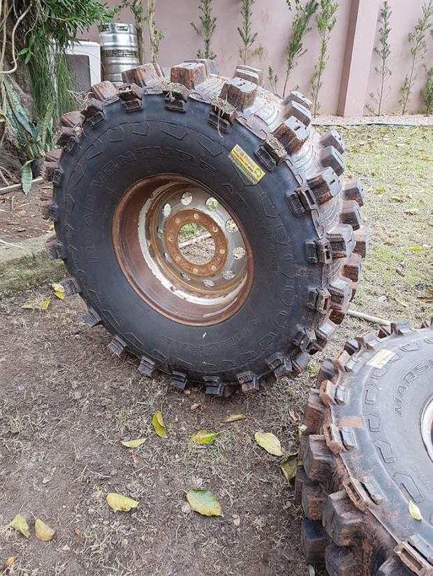 pneus 315 recapados que vieram na caçamba dela