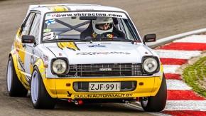 Motor do AE86, 11.000 rpm e um piloto destemido: delicie-se com esse Toyota Starlet rasgando a montanha!