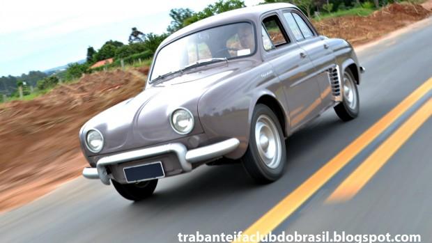 Renault Willys Teimoso 3_4 dianteira em movimento