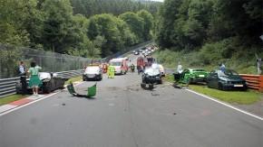 O pior pesadelo de todo entusiasta em Nürburgring causa acidente com 10 carros