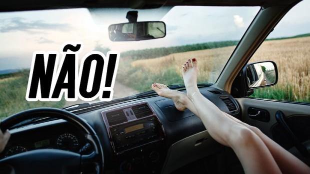 Por que você não deve apoiar os pés no painel de um carro em movimento