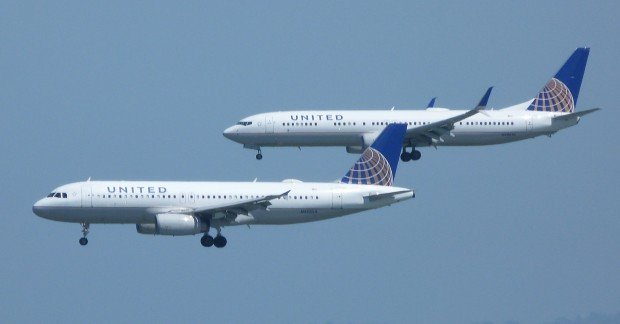 United_Airlines_Airbus_A320_and_Boeing_737-800_on_final_approach_at_San_Francisco