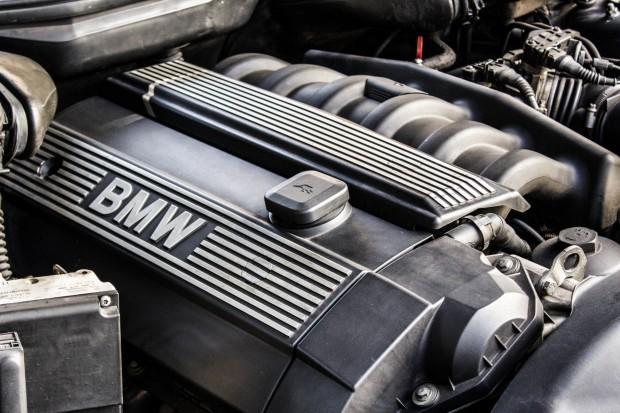 BMW-528i-E39-TheGarage-motor-04-2400x1600