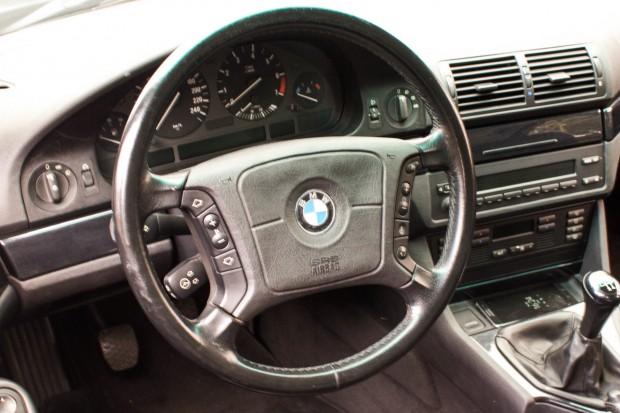 BMW-528i-E39-TheGarage-painel-01-2400x1600