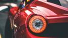 Por que as lanternas traseiras do seu carro são vermelhas?